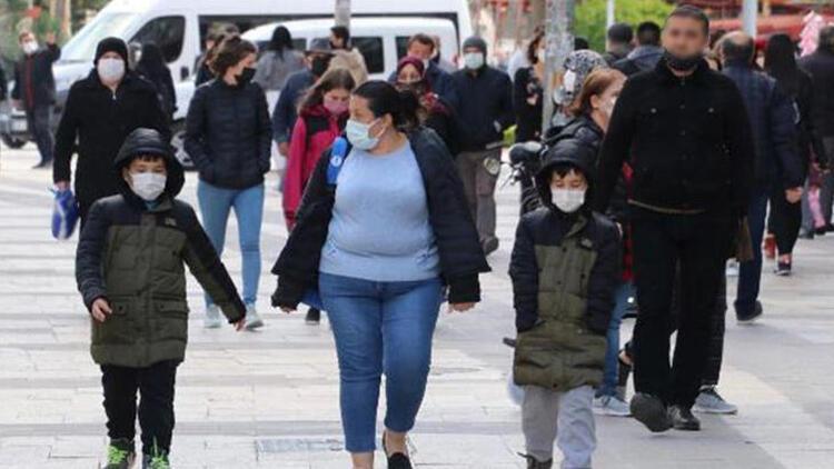 Denizli'de cadde ve sokaklarda insan yoğunluğu