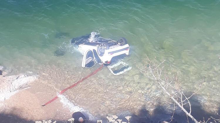 Van Gölü'ne otomobil uçtu: 4 yaralı