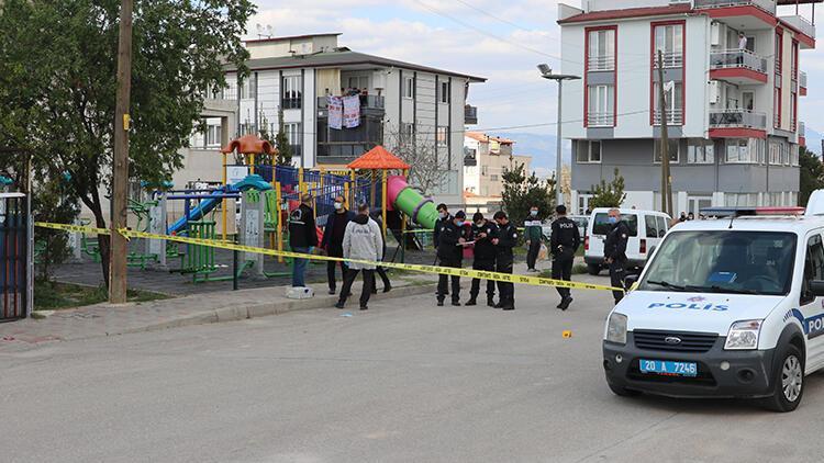 Denizli'de parkta rastgele ateş açan saldırganın önüne çocuklar zarar görmesin diye geçen vatandaş yaralandı
