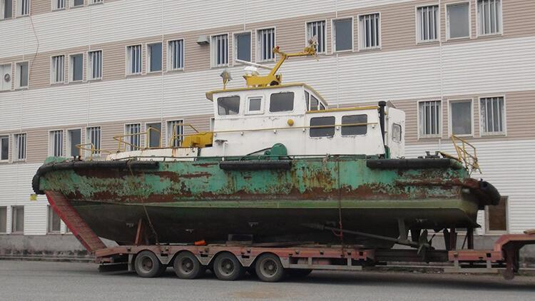 Öğrencilerin eğitiminde kullanılacak tekne, TIR üzerinde okula getirildi
