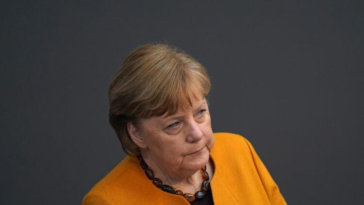 Merkel aşısını erteledi