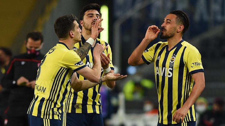 """Fenerbahçeli futbolcular İrfan Can, Ozan Tufan ve Mert Hakan'dan """"kahveli"""" sevinç"""
