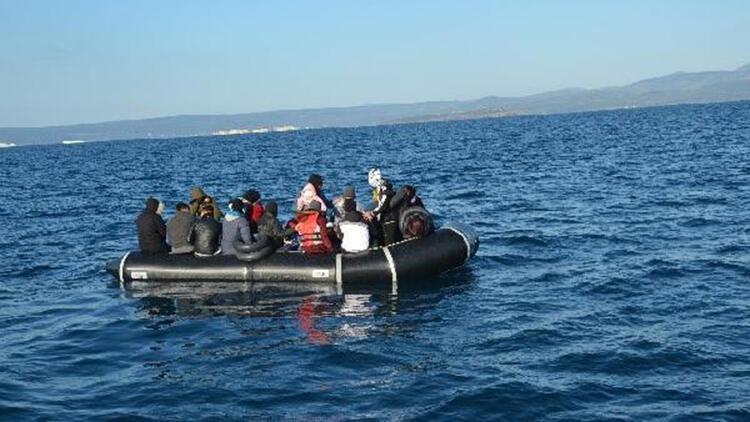 Ayvalık'ta, lastik bottaki 55 kaçak göçmen kurtarıldı
