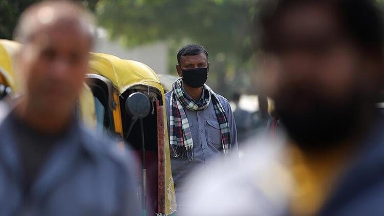 Hindistan'da Kovid-19 salgınında günlük vaka sayısı 161 binin üstünde seyrediyor