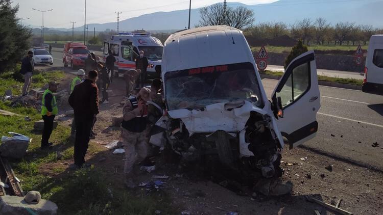 Malatya'da minibüs bariyerlere çarptı! Yaralılar var