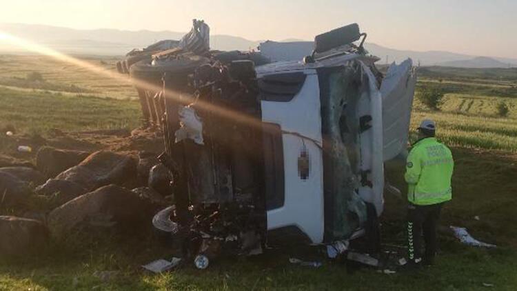 Şarampole devrilen TIR'ın şoförü yaralandı