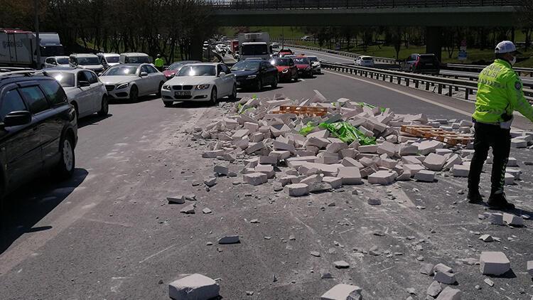 Bakırköy'de TIR'daki tuğlalar yola devrildi; trafik kilitlendi