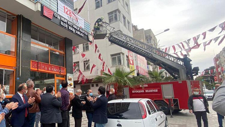 CHP Turgutlu İlçe Başkanlığı'na asılan pankartı polis kaldırdı
