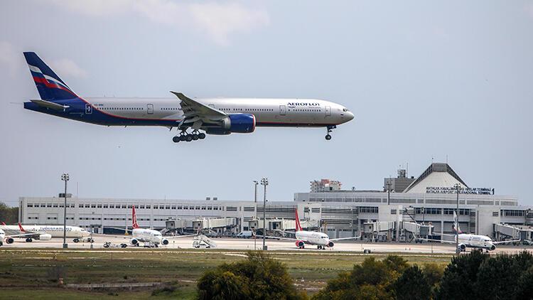 Rus uçakları tatil süreleri tamamlanan vatandaşlarını geri götürüyor