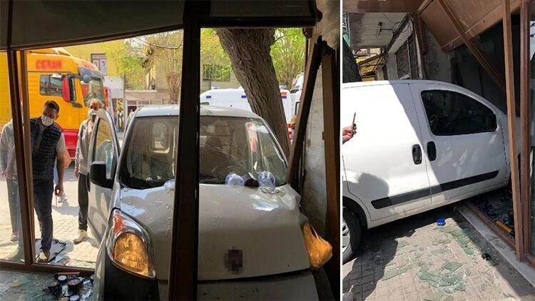 Hafif ticari araç berber dükkanına girdi: 2 yaralı