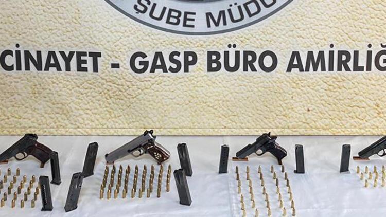 4 kişinin yaralandığı aile kavgasının firari şüphelileri, silahlarla yakalandı