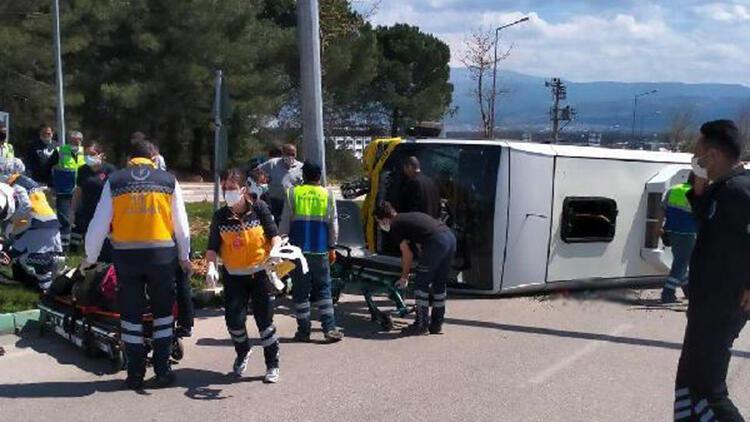Bursa'da, direğe çarpan yolcu midibüsü yan yattı: 5 yaralı
