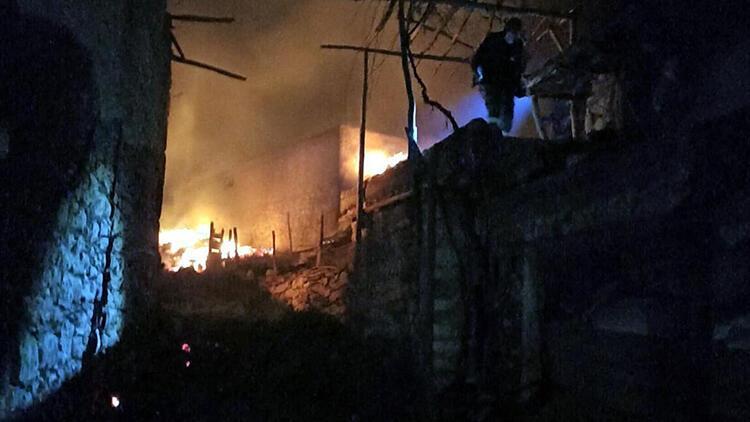 Uşak'ta 2 ev ile 1 ahır yandı, koyun ve kuzular öldü
