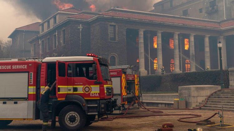 Cape Town'da yangın: 4 bin öğrenci tahliye edildi
