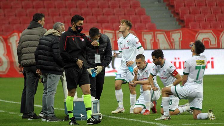 Samsunspor - Bursaspor maçında futbolcular oruçlarını saha içinde açtı