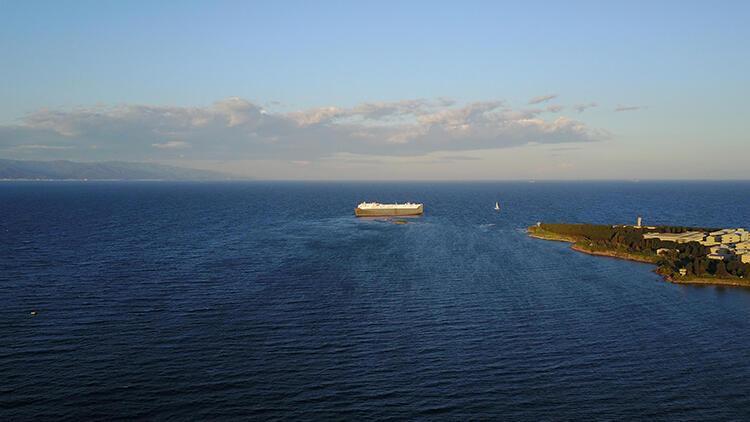 Tuzla'da hareketli anlar... Gemi karaya oturdu