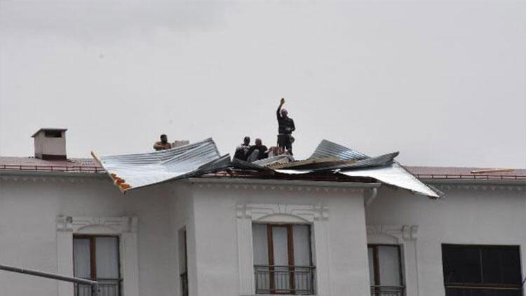 Şiddetli rüzgar hayatı olumsuz etkiledi... Apartman çatısında hasara neden oldu