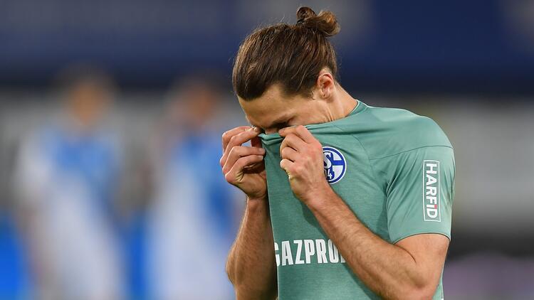 Bundesliga'dan düşen Schalke 04'ün taraftarları takım otobüsüne saldırdı
