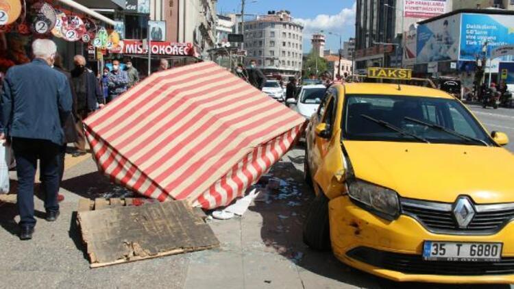 Otomobille çarpışan taksi simit tezgahına daldı; kaza anı kamerada