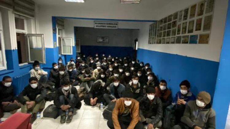 Bitlis'te 14 kişilik minibüsten 68 kaçak göçmen çıktı