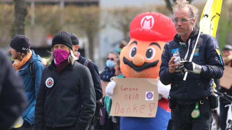 Yasa geldi Berlin karıştı: 'Maskeler yukarı naziler dışarı'