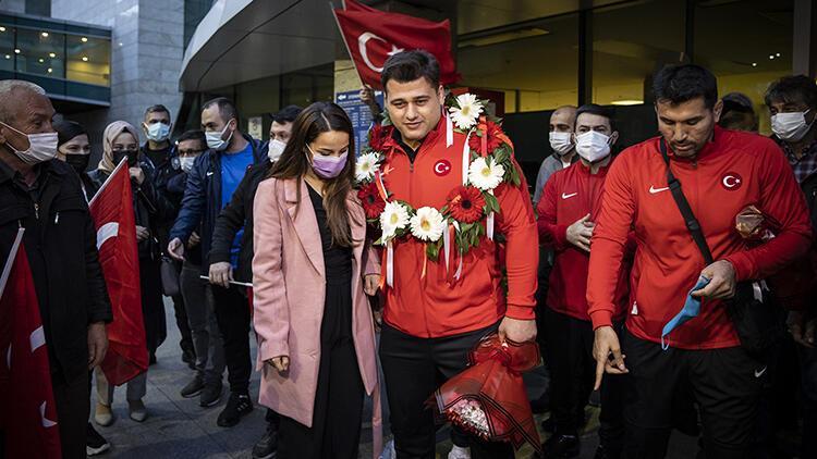 Avrupa Güreş Şampiyonası'nda ikinci olan Güreş Milli Takımı Türkiye'ye döndü