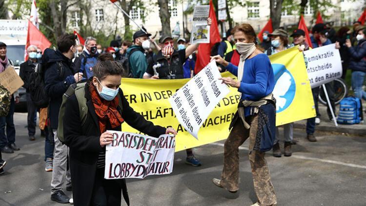 Berlin'de kısıtlama protestosu