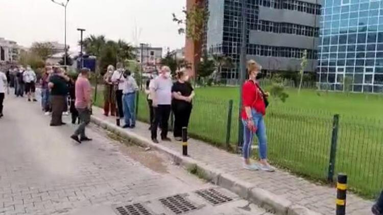 İzmir'de tam kapanmada koronavirüs aşı kuyruğu