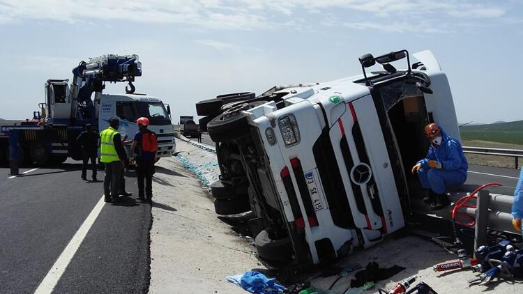 Niğde'de limon yüklü TIR devrildi, sürücü hayatını kaybetti