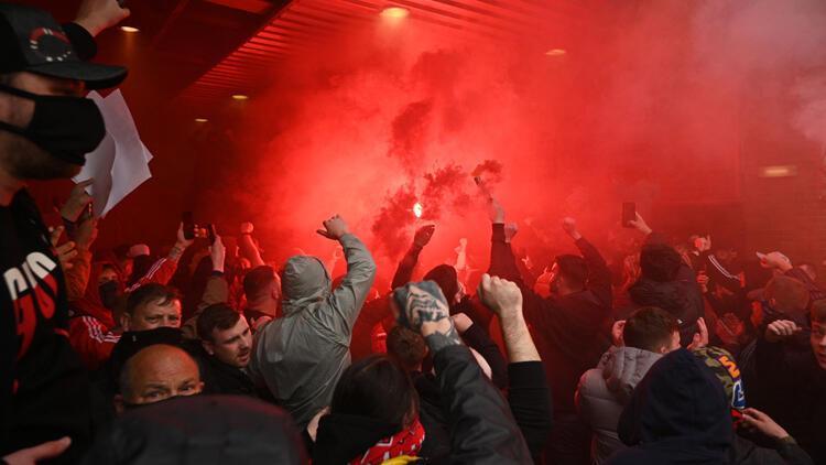 Manchester United taraftarları Old Trafford'u bastı! Liverpool maçı ertelendi