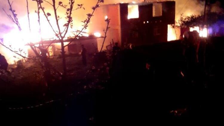 Kastamonu'da, 6 kardeşe ait 6 evde yangın paniği