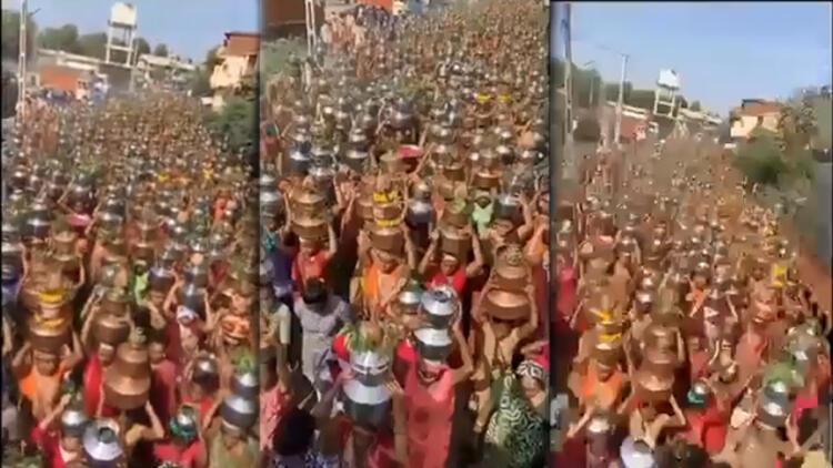 Son dakika haberler... Hindistan'da akılalmaz anlar: Binlercesi virüs kovmak için böyle yürüdü!