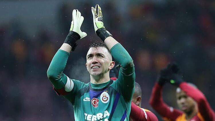 Galatasaray'da Muslera'nın giyeceği eldivene taraftarlar karar verecek