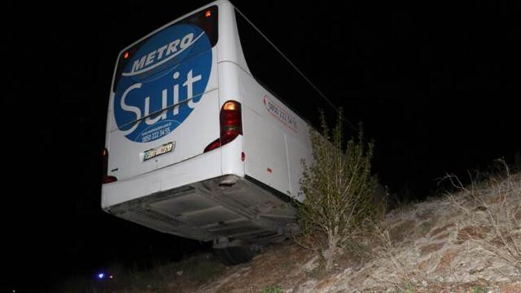 Faciaya ramak kala... Yolcu otobüsü şarampolde asılı kaldı