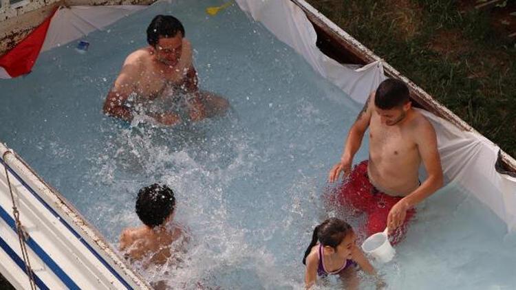 Kamyonetin kasasını havuza çevirdiler