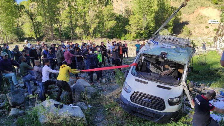 Bingöl'de köy minibüsü şarampole devrildi: 15 yaralı