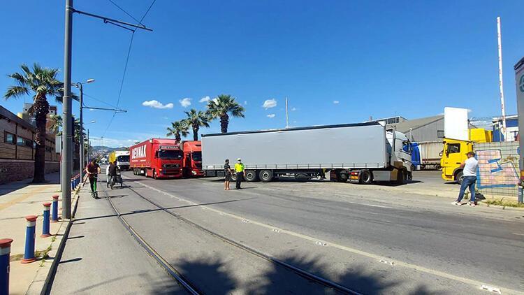 İzmir'de gümrük işlemleri için bekleyen TIR'lar trafiği etkiliyor