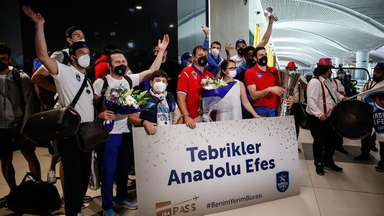 Euroleague şampiyonu Anadolu Efes'e coşkulu karşılama