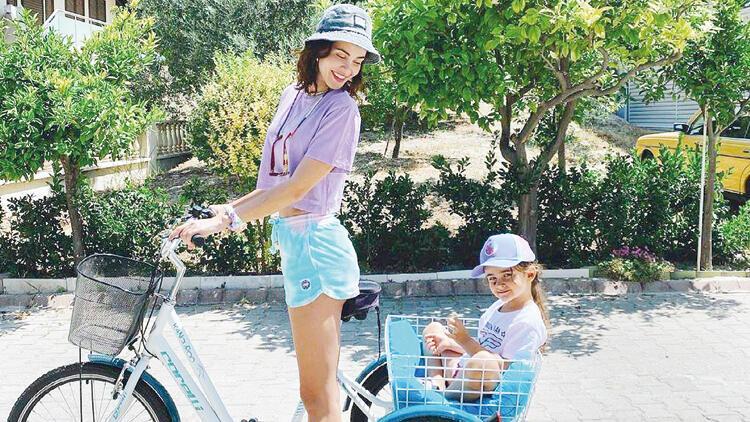 Zeynep Demirel ile kızı Yeda'nın bisiklet keyfi