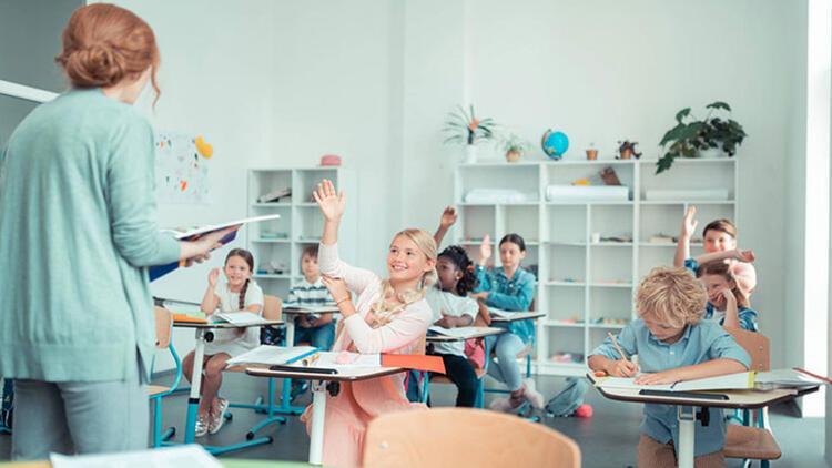 Mutlu bir gelecek hedefleyen gençler için iyi eğitim standartları