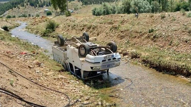 Kamyonet su kanalına düştü: Aynı aileden 5 yaralı