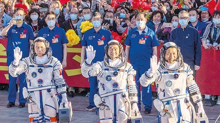 Çin, uzaya üç taykonot gönderdi