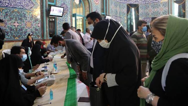 İran'da oy verme işlemi gece 02.00'ye kadar uzatıldı