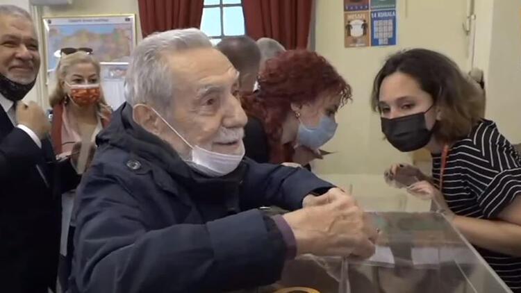 Ünlü oyuncu Aydemir Akbaş, Galatasaray'ın başkanlık seçiminde oy kullandı