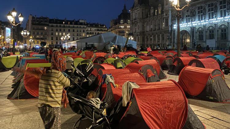 Refakatsiz çocuklar için Paris'te kamp kurdular