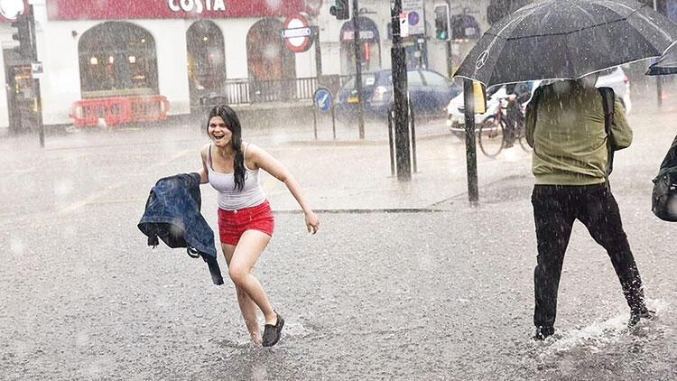 Londra'yı sel bastı: Milyon dolarlık evler sular altında