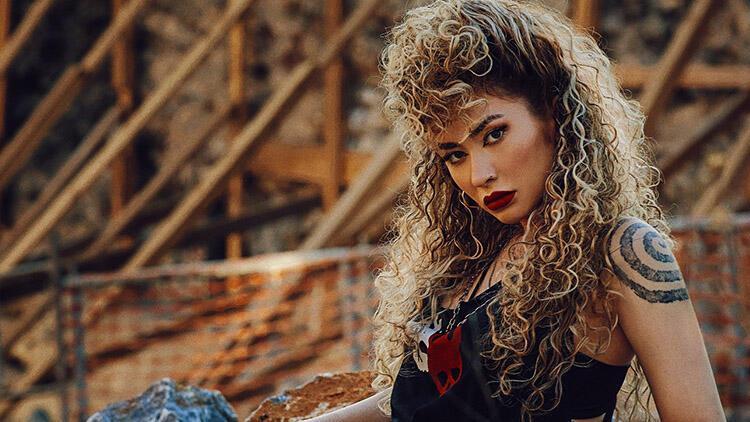 Sena Şener'in 'Benimle Yan' Şarkısında Tutku Görünür Oluyor