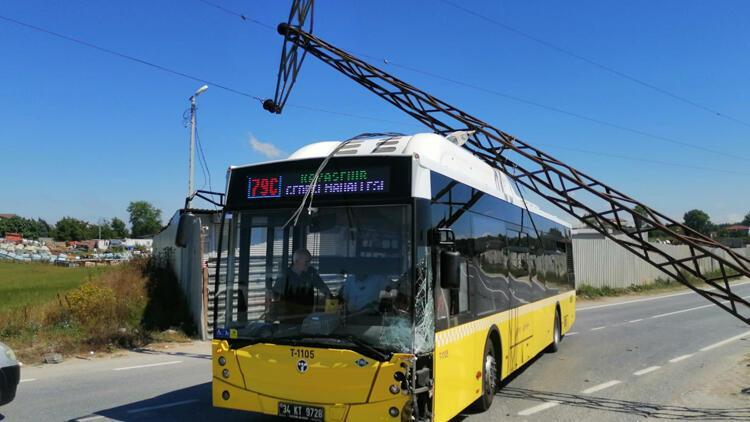 Başakşehir'de elektrik direği İETT otobüsünün üstüne devrildi