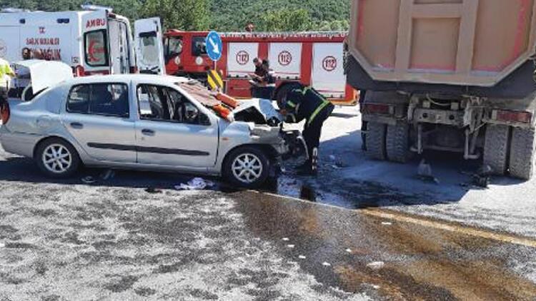 Bolu'da otomobil kamyona arkadan çarptı: 1 ölü, 6 yaralı