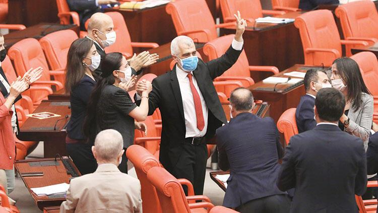 4 ay sonra Meclis'e zılgıtla döndü